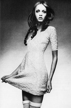 Twiggy porter une robe baby-doll tricot par Juliano Knits c. 1970