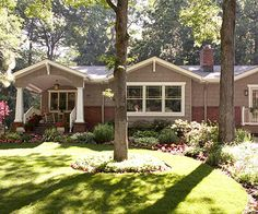 Love this front yard! From BHG: Many homeowners think of their front yard as one band of land between the sidewalk and the home. But make landscape magic by breaking it up with perpendicular plantings. A curved border, for example, adds a note of grace and elegance.