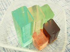 桃林堂のお菓子「桃の雫」糸寒天と砂糖から出来た琥珀地にリキュール等を加えたお菓子