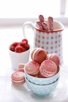 raspberry . macarons