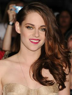 Kristen's bright fuchsia pout makes her totally party-ready, but the actress was smart to balance her bold lips with bronze eye shadow instead of dark brown or black, which would have been too harsh.