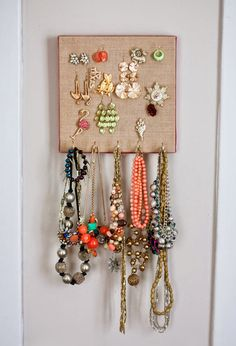 Burlap Canvas Jewelry Organizer from auntpeaches.com. She has great ideas!! #diybedroom #diyorganize