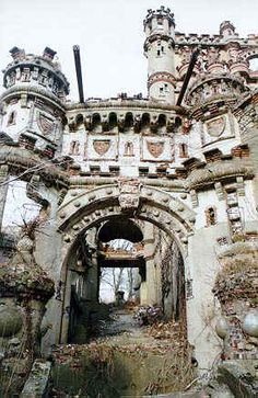 ABANDONED. BANNERMAN'S CASTLE is without a doubt the Hudson Valley's most renowned ruin.     Bannerman's is the perfect ruin, right down to its location-- on Pollepel (or Polopel) Island, which is fabled for eerie happenings going back to the 1600's. pp