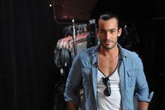 ¿Con quién te quedas? ¿Aarón Díaz o su personaje 'Antonio Negrete'? http://ow.ly/aPK97