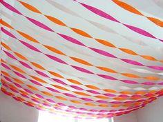 Añade mucho color al techo con guirnaldas de cinta crepé / Add colour to the ceiling with crepe paper streamers