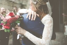 i adore this. a kiss, bouquet, vintage weddings, sleev, ador, wedding pictures, barcelona, winter weddings, flower