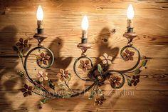 Applique a 3 luci con volute e fiori  - in ferro battuto decorato a mano