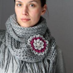 cachecol crochet, gray flower, craft, cowl, crocheted brooch, communiti, crochet diy, flower scarf, crochet brooch