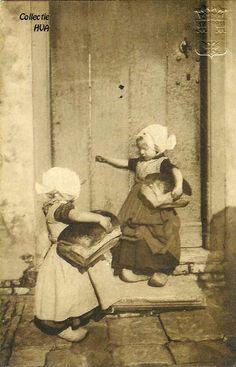 circa 1910 - Retour de la boulangerie AVEC Huit peines de livres!