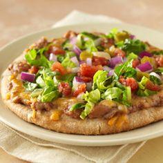 Pizza Mexicana... Pan de pita como masa perfecta para pizzas individuales cubiertas con frijoles refritos y queso derretido, con el agregado de lechuga crujiente con sabrosos tomates por encima