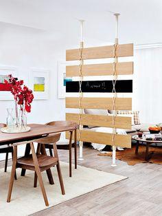 Hazlo tu misma: Biombo hecho con laminas para pisos ¡Ideal para separar espacios!.  http://ideasparadecoracion.com/biombo-hecho-con-laminas-para-pisos-ideal-para-separar-espacios/