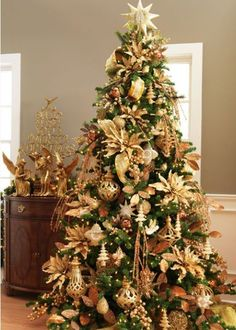 Nothing says glamour like gold! Fill your tree with gorgeous gold accessories this year and shop from our Gold Christmas promotion here www.achica.com
