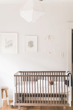 Neutral modern nursery design//