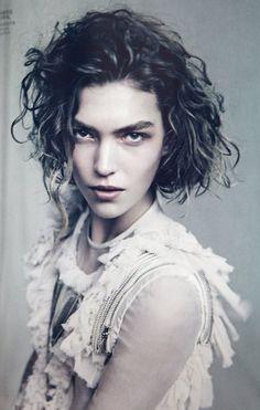 I like her hair - medium curly