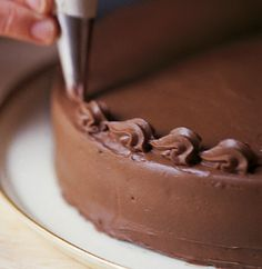Our step-by-step guide for decorating a cake. Simple ways for dressing up your creations.