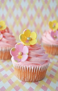 Cupcakes with Dotted Pastel Flowers