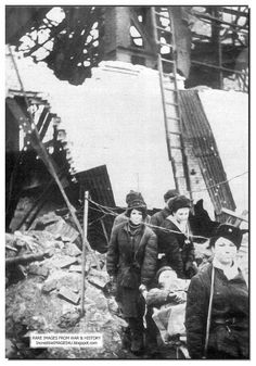 Stalingrad 1942/43, Russian nurses carry away wounded Soviet soldiers