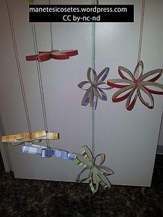 Mòbil de flors fetes amb tubs de cartró de paper de wc folrats amb aironfix.