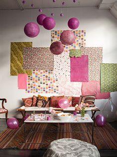 Decoración de pared de fiesta con papeles de envolver regalos.
