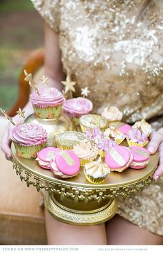 Gold & pink cupcakes | Photo: Adene Photography, Cupcakes: Creme Delicat Cupcakes Liner, Cupcakes Toppers, Pale Pink, Cake Desserts, Pink Cupcakes, Coral Wedding, Parties Cupcakes, Teas Parties, Pink Cake