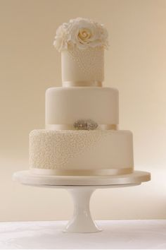 a simple & classic wedding cake