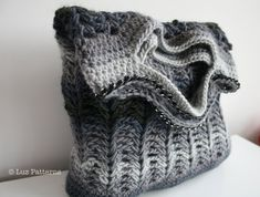 Crochet patterns, crochet bag pattern, crochet shopper bag pattern, crochet clutch bag pattern by Luz Patterns #crochetpatterns #crochet