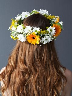 Are you crafting for your wedding? Have a break between stitching to enjoy some easy flower crafts - follow this #tutorial to make a stunning flower garland #headdress! #wedding #diy #flowercrown