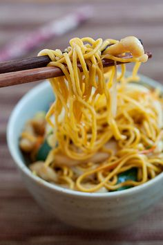 Chicken Chow Mein, everyone favorite Chinese takeout noodle, now you can make it at home with this easy recipe. #chinese #chicken #noodles