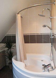 Le rideau de douche sa place dans de belles salles de - Barre de baignoire d angle extensible ...