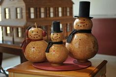 gourd snowmen! LOVE the look, several other style collections on link, the whiter ones are cute too!  ***********************************************  Meadowbrooke Gourds - #gourd #craft #snowman #Christmas #winter #decorating - tå√