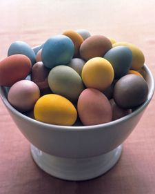 Great tips on how to naturally dye your eggs this year.
