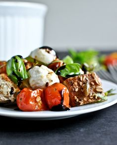 Roasted Tomato Caprese Panzanella Salad I howsweeteats.com