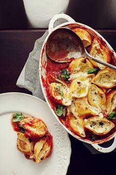 Pasta shells (conchiglioni) with mozzarella baked in tomato sauce