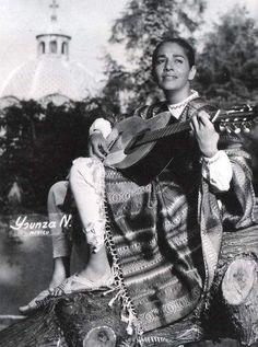 Una Chavela Vargas muy joven se hizo grande en la canción callando a los que le decían que cantaba horrible. Sus canciones son como la vida misma. Pura realidad.
