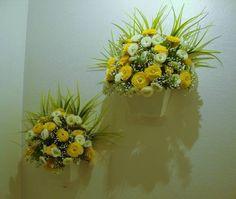 Vaso de parede em MDF branco, flores em dois tons de cores,amarelo e branco,musgos ,folhagens. Lindo para sua varanda,quarto ,lavabo...... R$ 55,90
