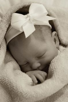 Love this newborn photo. Sweet, simple.