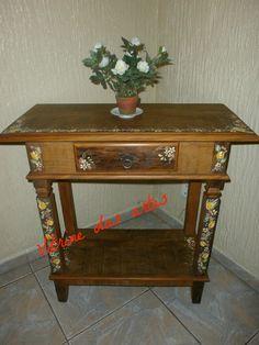 Mesa em madeira de demolição com pintura gestual