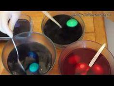How to paint Easter eggs/ Cum vopsesti ouale de Pasti (video) http://gandurisibucatareala.ro/cum-vopsim-ouale-de-pasti/