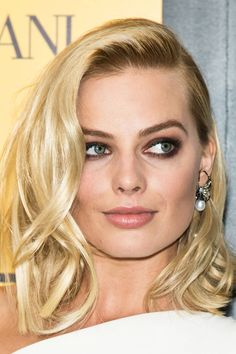 Margot Robbie pearl drop earrings