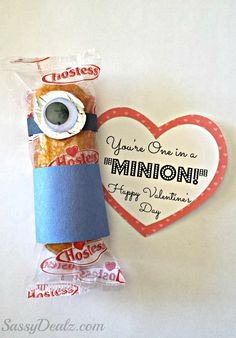 "DIY Despicable Me ""You're One in a Minion"" Twinkie Valentines Day Class treat #Twinkie minions #Free printable label #Non-candy valentines craft 