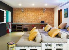 PAINEL CRIATIVO   É composto por dois pallets reforçados, que custaram R$ 100 cada. Para suportar o peso da TV, eles foram parafusados a três sarrafos de madeira. Para detalhes, clique na foto.