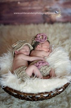 10 Must-Have Newborn Props for Your First Photos.  in love