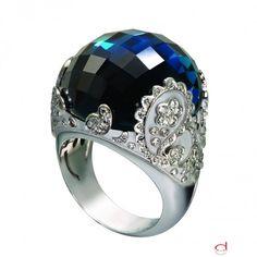 Anillo de oro blanco con diamantes y topacio azul de Carrera y Carrera.