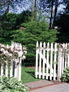 Stylish backyard border ideas--> http://hg.tv/14cld I LOVE a picket fence <3