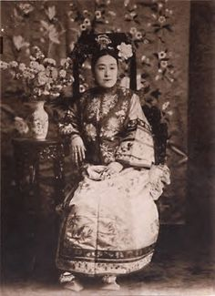 Princess Der Ling, lady-in-waiting to Empress Dowager Cixi. Qing Dynasty.