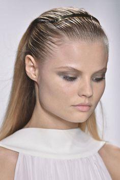 http://modne-fryzury.blogstream.pl/fryzury-damskie-na-jesien-zime-20132014Postaraj się również wstrzymać  w używaniu lakierów bądź żelu, ponieważ obciążone włosy, nawet w najładniejszym upięciu, wyglądają kiepsko. jeśliby jesteś posiadaczką długich włosów a zarazem przeciwniczką upięć, możesz zdecydować się na odmianę w postaci boba. Zapleć francuza a zawiń końcówkę pod spodem spód.  Fryzury wieczorowe na każdą okazję Fryzury wieczorow