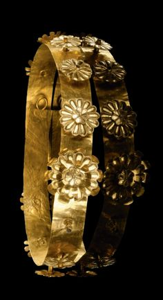 Golden wreath with 23 pairs of laurel leafs. Hellenistic, 2nd - 1st  century B.C