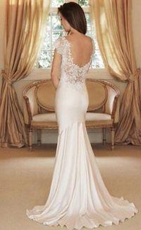 Vestido de noiva com decote e renda.