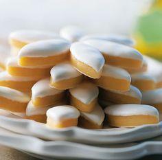Les Calissons de Provence    Moelleux, fondant, le calisson de Provence est l'une des plus anciennes gourmandises provençales.    Savant mélange d'amandes, de fruits confits et de miel, la pâte de ce calisson traditionnel est richement parfumée et développe des saveurs incomparables. Le mariage subtil entre les amandes et le melon confit est rehaussé d'un zeste d'écorce d'oranges confites.