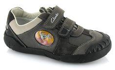 De nuestra nueva colección de zapatos te presentamos estos zapatos para tu hijo que están muy bien diseñados para mejorar la marcha y su principal característica nuestro personaje favorito: Stomposaurus. / From our new collection of shoes we present these shoes for your child that are beautifully designed to improve walking and its main feature our favorite: Stomposaurus.